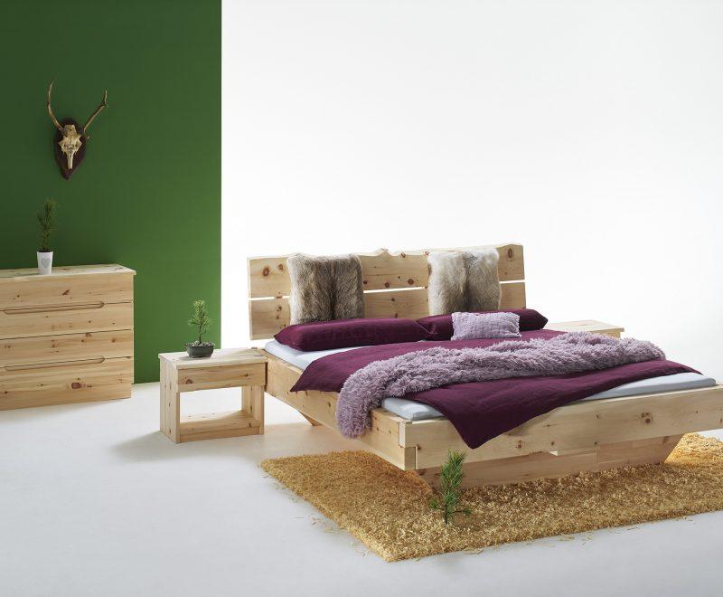Zirbenbetten mit massiven Balken und Brett-Kopfteil. Nachttisch und Kommode aus Zirbenholz