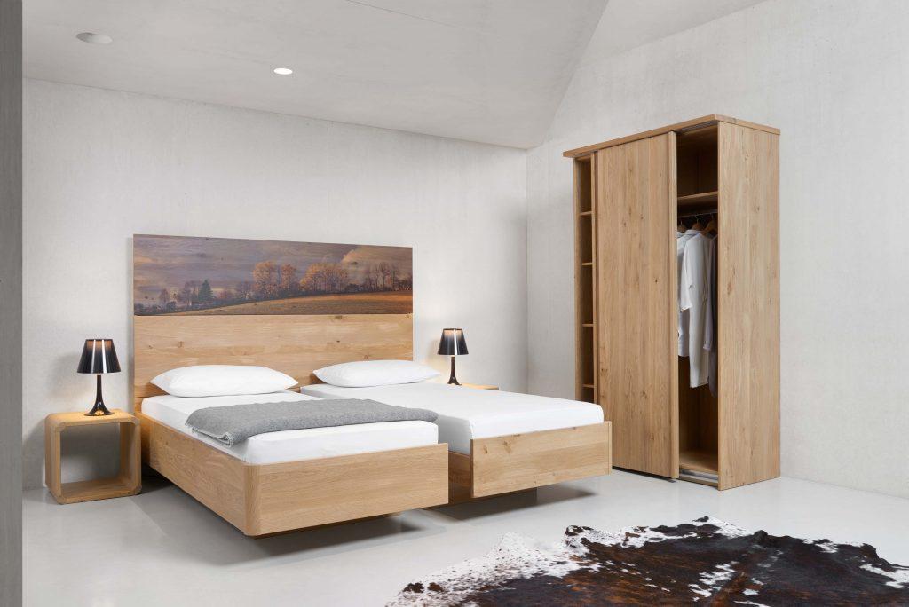 Massivholzbetten Eiche teilbar zu zwei Einzelbetten, mit Kleiderschrank auf Maß