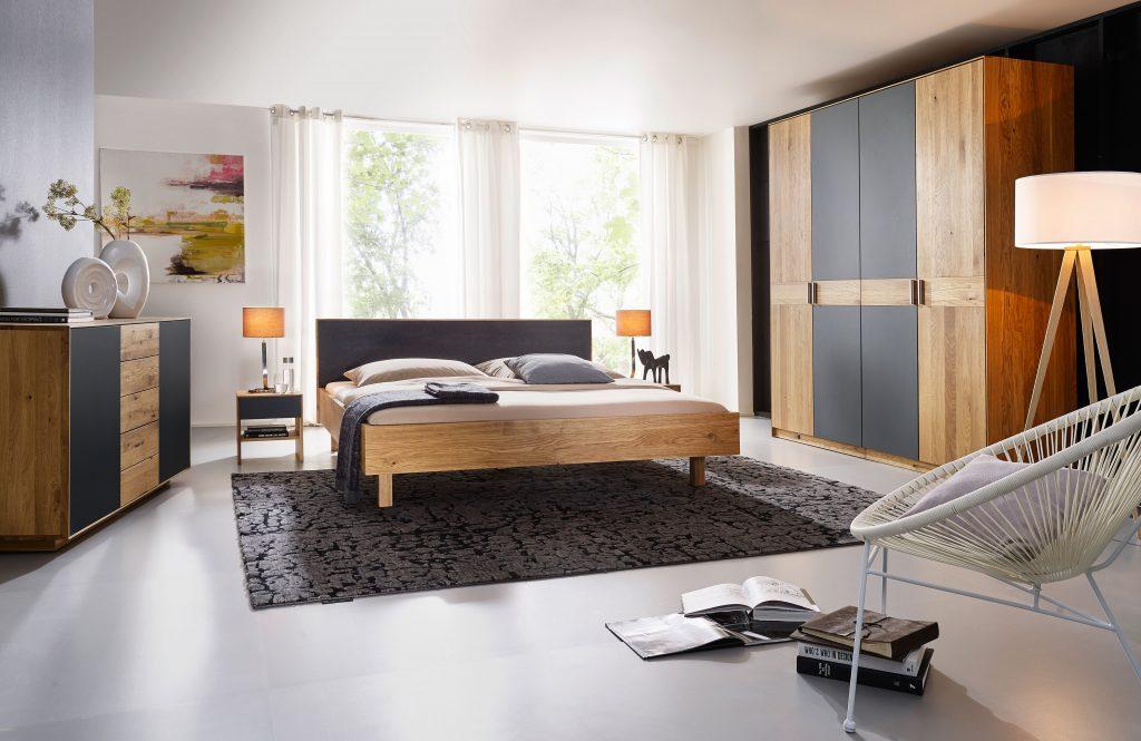 Massivholzbett Jaso Wildeiche mit Kopfteil aus Leder von Betten Impulse in Bad Aibling