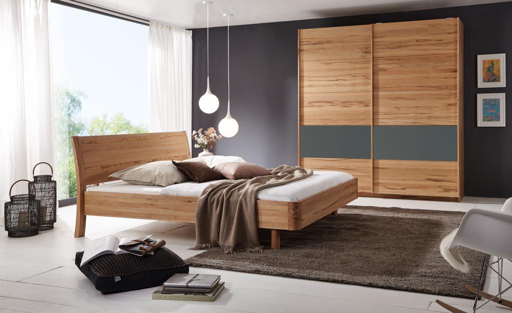 Massivholzbetten Buche, Modell Swing mit schwebendem Fußteil und Kleiderschrank mit Schiebetüren von Betten Impulse in Bad Aibling