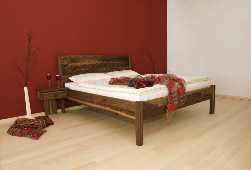 Massivholzbett aus Donau mit der Farbe Nussbaum und Wellenkopfteil von RELAX - Betten Impulse in Bad Aibling