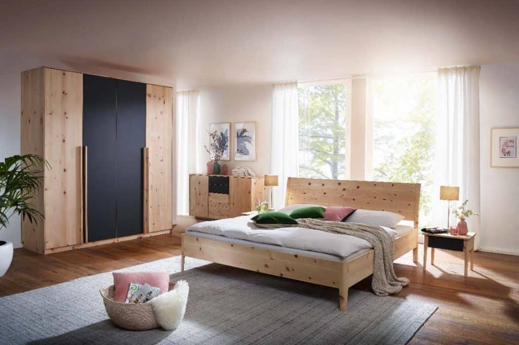 Zirbenbett Mia – elegante Bauweise mit Charme und mit Kleiderschrank und Kommode kombiniert