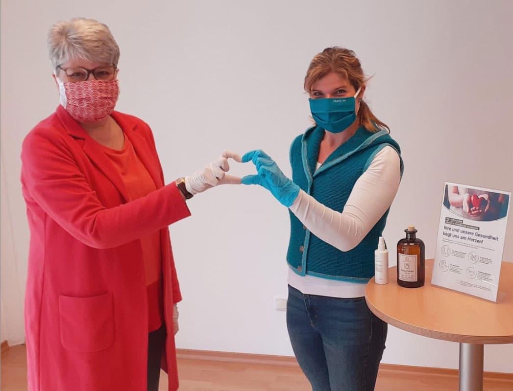 Marianne Krug-Semsch und Monika Holzmaier mit Schutzmasken