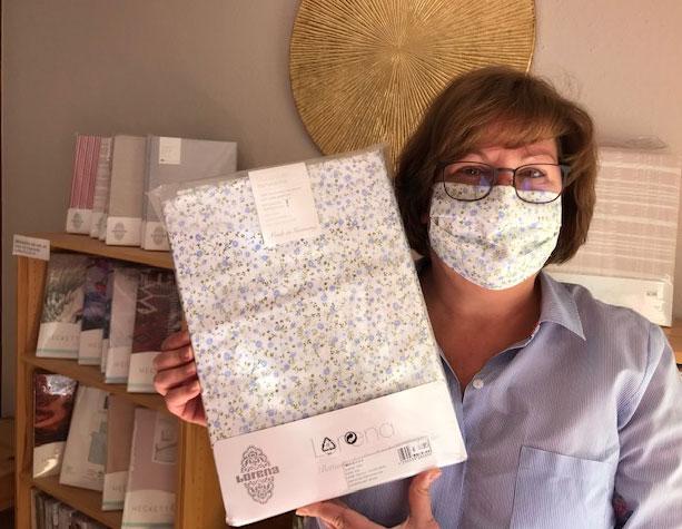 Trudi Krug mit Schutzmaske und passender Bettwäsche